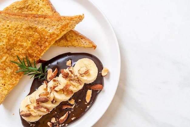 French toast mit banane, schokolade und mandeln