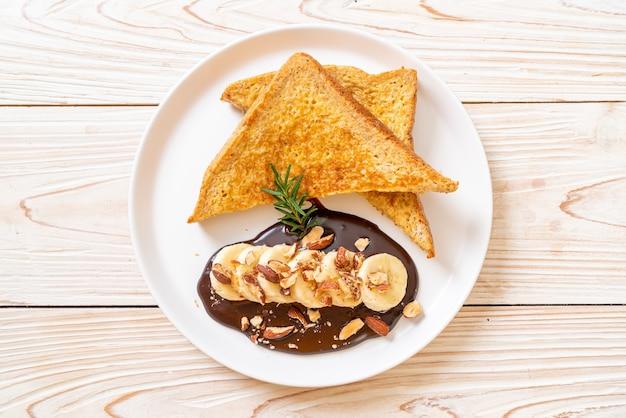 French toast mit bananenschokolade und mandeln zum frühstück