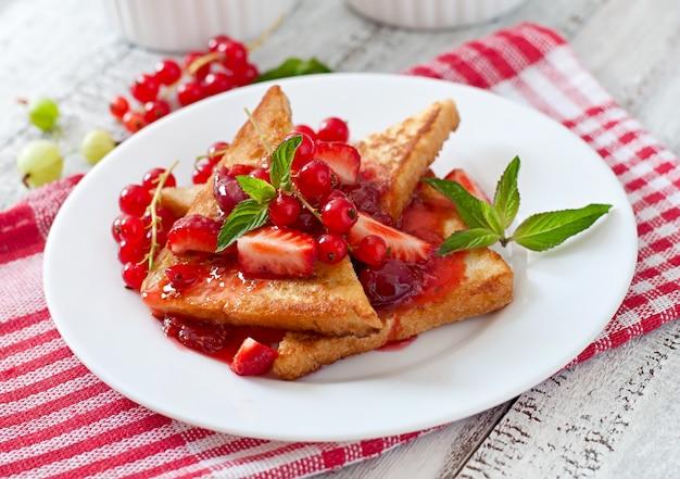 French toast mit beeren und marmelade zum frühstück