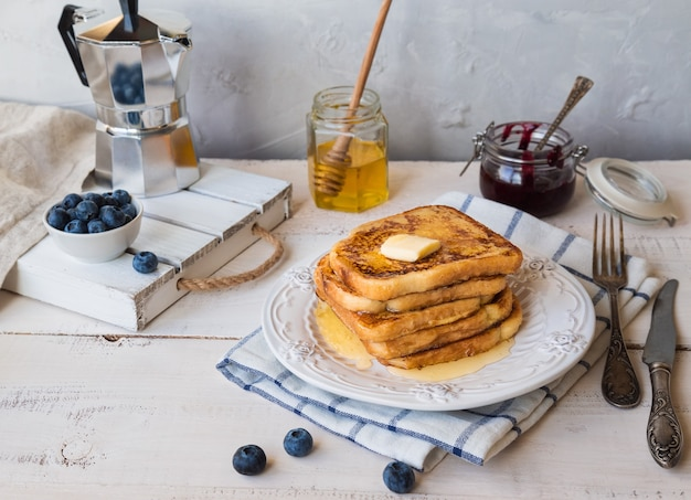 French toast mit butter und blaubeeren zum frühstück.