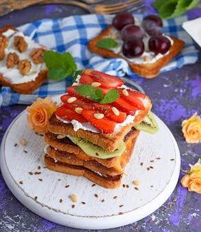French toast mit erdbeeren und kiwi