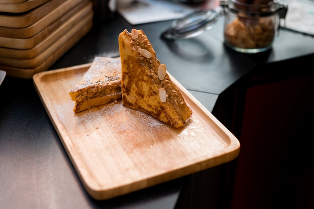 French toast mit erdnussbutter auf holzschale
