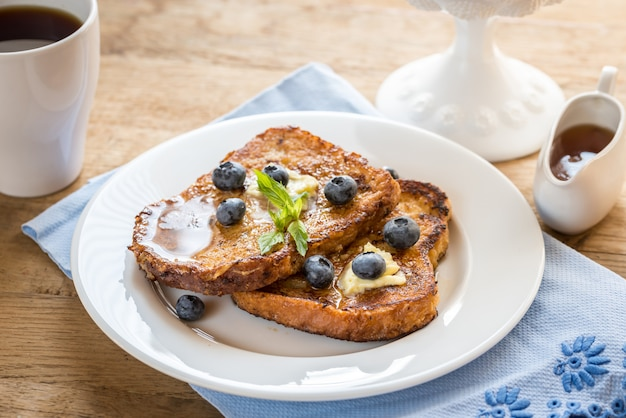 French toast mit frischen blaubeeren und ahornsirup