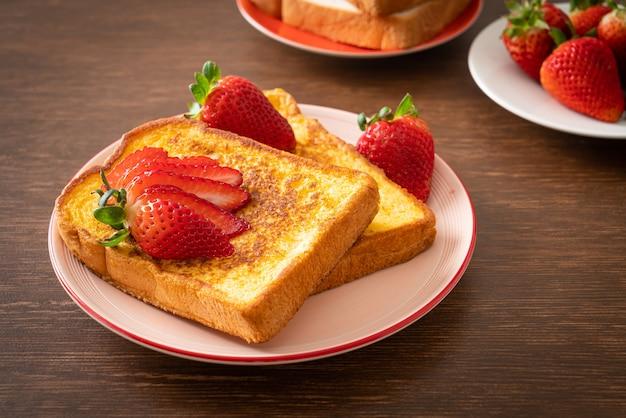 French toast mit frischen erdbeeren auf teller