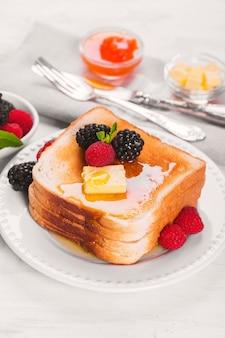 French toast mit honig, butter und frischen beeren