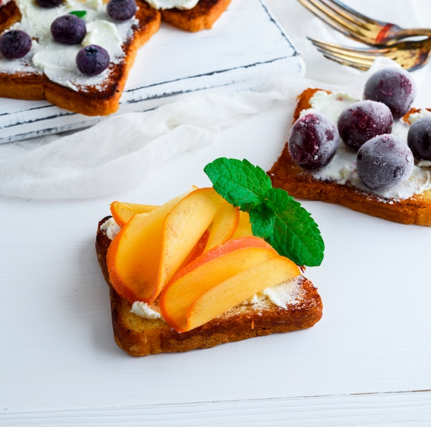 French toast mit mildem quark und scheiben reifer kaki