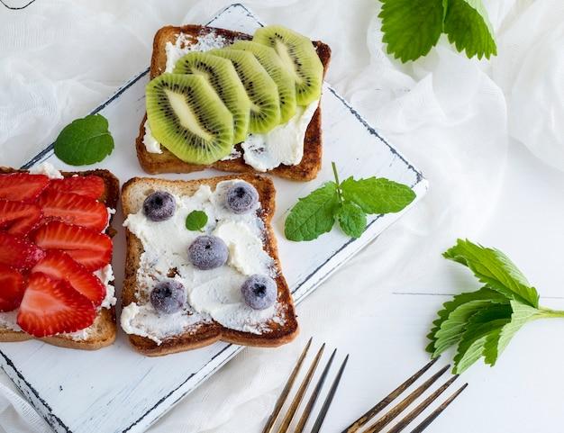 French toast mit quark, erdbeeren, kiwi