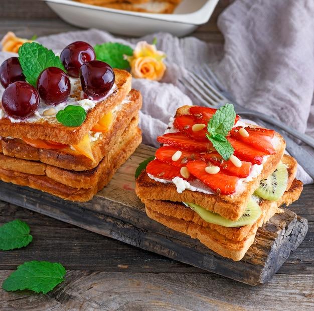 French toast mit quark, erdbeeren und kiwi