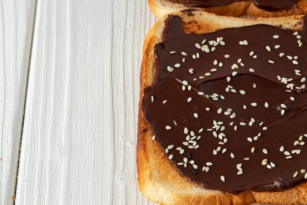 French toast mit schokoladenpaste und sesam überzogen