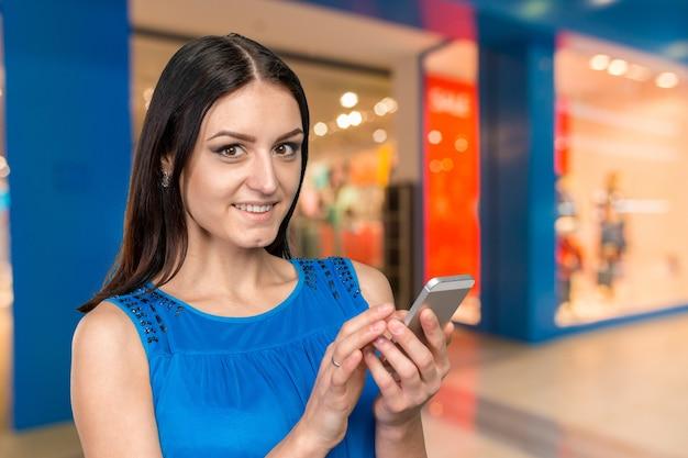 Freudig geschäftsfrau mit smartphone
