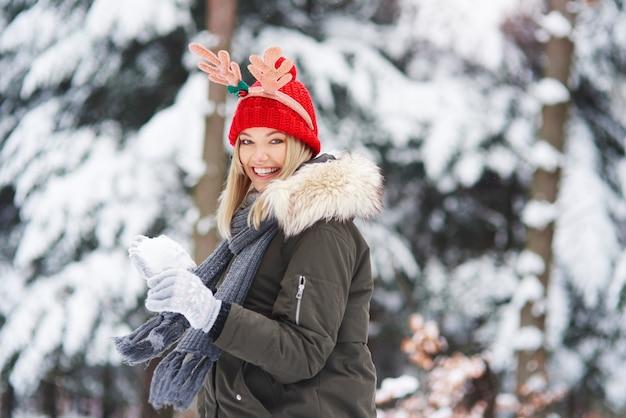 Freudige frau, die spaß mit schnee hat