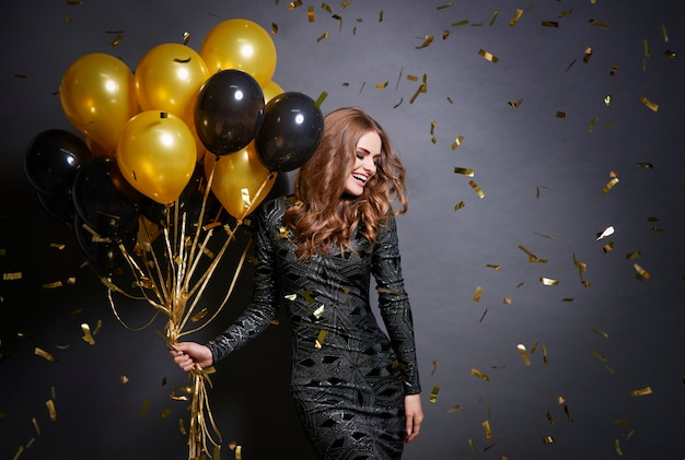 Freudige frau mit luftballons