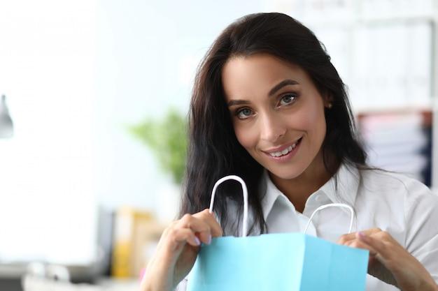 Freudige geschäftsfrau mit einkäufe