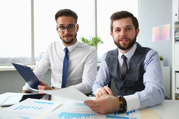 Freudige geschäftskollegen, die im büro zusammenarbeiten