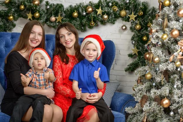 Freudige kinder mit eltern. im zimmer die weihnachtsdekoration