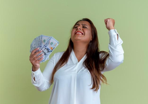 Freudige lässige kaukasische frau mittleren alters, die geld hält und ja geste zeigt