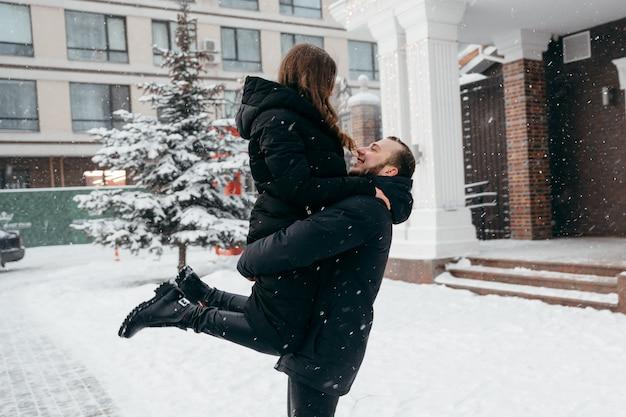 Freudige umarmungen eines verliebten paares nach annahme eines heiratsantrags