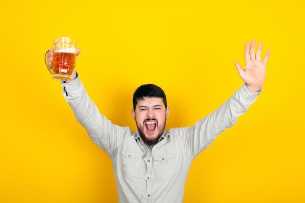 Freudiger bärtiger mann mit einem glas bier