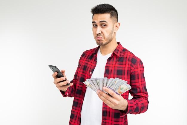Freudiger entzückender brünetter mann gewann die lotterie und erhielt einen geldpreis auf einem weißen hintergrund mit kopienraum.