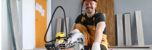 Freudiger handwerker bei der arbeit