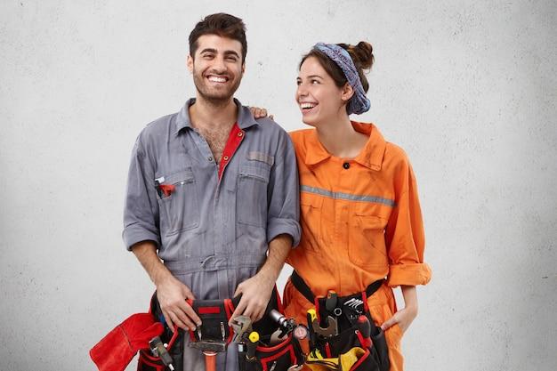 Freudiger handwerker, der froh ist, auto zu reparieren,