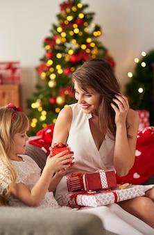 Freudiger moment der übergabe von geschenken