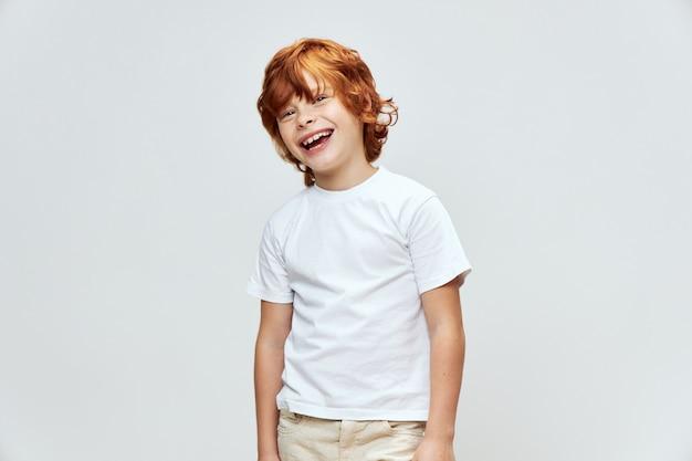 Freudiges kind mit weißem t-shirt