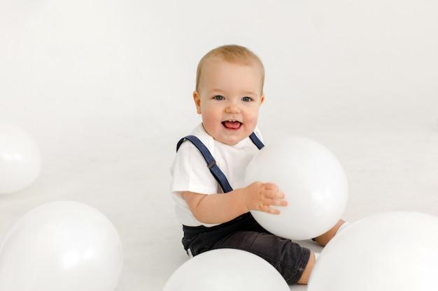 Freudiges kleines kind mit luftballons, die anschauen