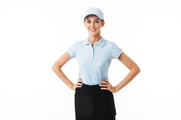 Freudiges mädchen im blauen polo-t-shirt und in der mütze glücklich