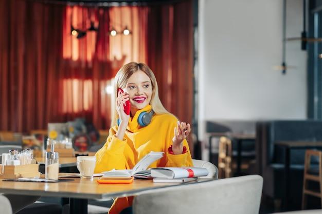 Freund anrufen. schöne blonde frau, die ihren freund anruft, während sie auf ihn wartet