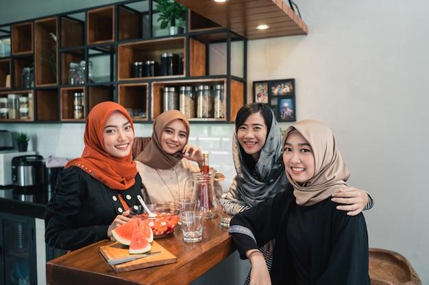 Freund brechen fasten zusammen im ramadan