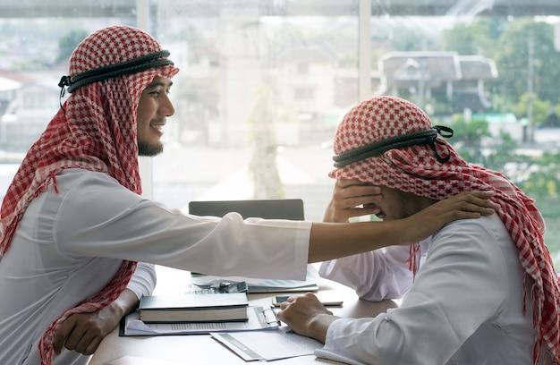 Freund des arabischen mannes tröstend
