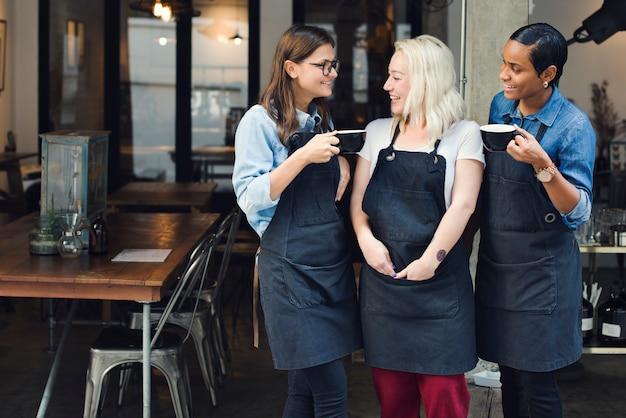 Freund-mädchen-partnerschafts-einheitliches schutzblech-café-konzept