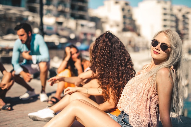 Freunde am strand rumhängen