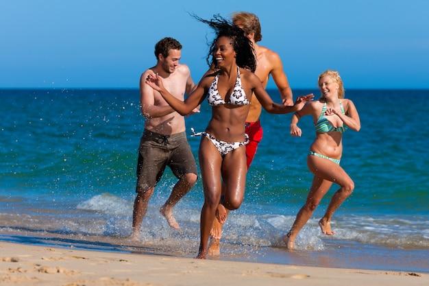 Freunde am strandurlaub