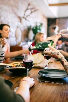 Freunde amüsieren sich bei einer dinnerparty