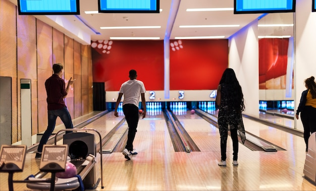 Freunde auf der bowlingbahn zusammen