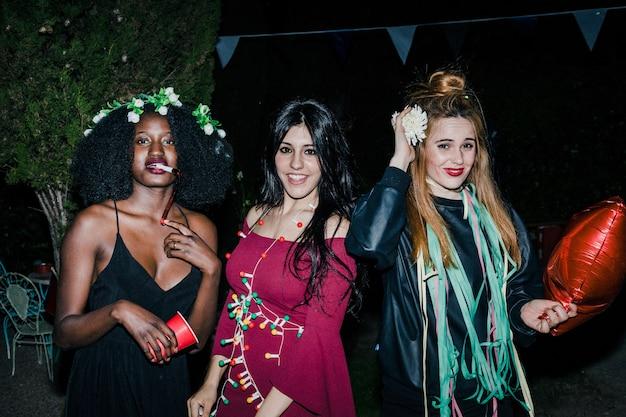 Freunde auf der party des gartens