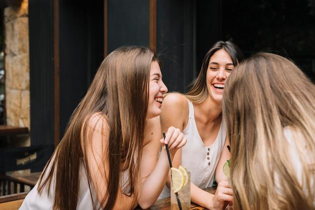 Freunde auf der terrasse