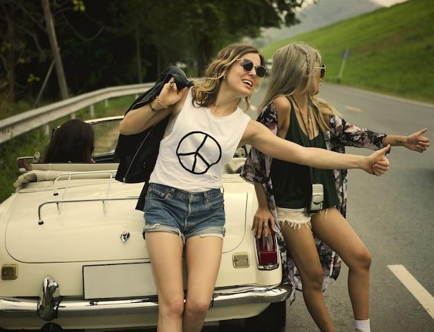 Freunde auf einem lustigen und verrückten road trip