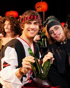 Freunde auf einer kostümparty