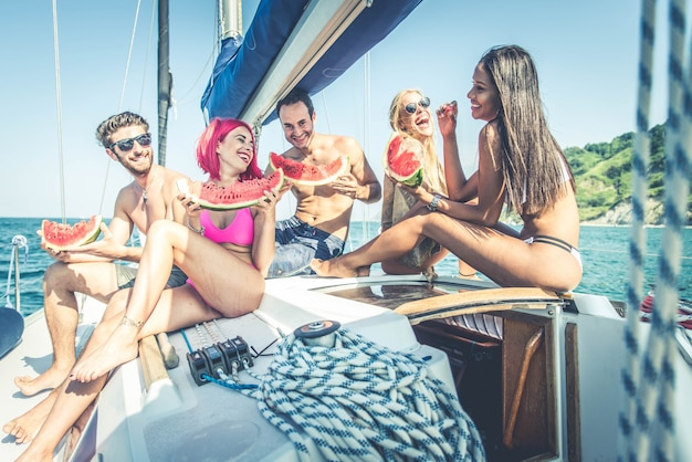 Freunde auf segelboot