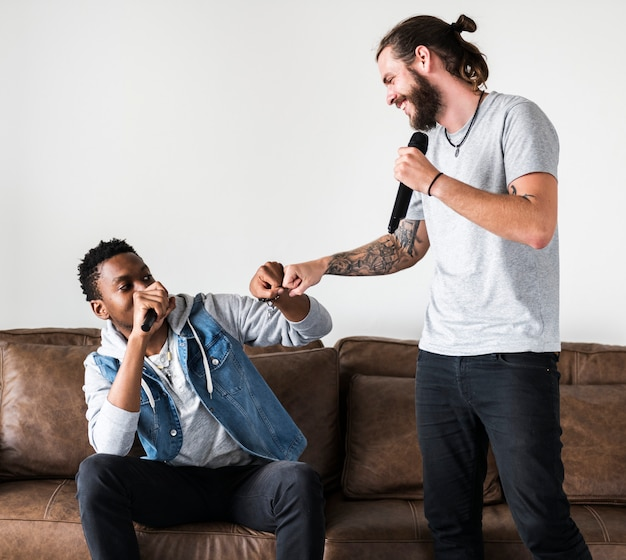 Freunde bei einem karaoke
