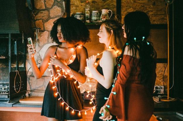 Freunde bei nacht party