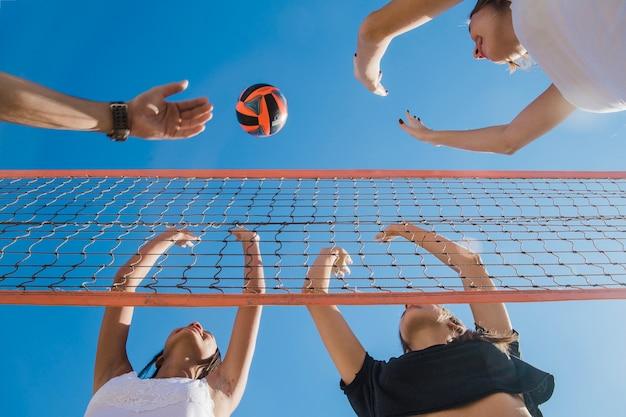 Freunde bei volley match