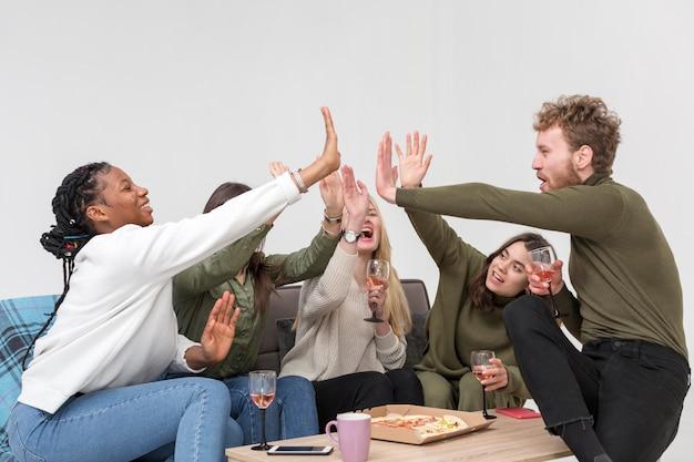 Freunde beim mittagessen high five