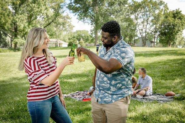 Freunde beim picknick im park