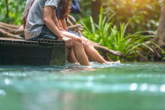 Freunde bereisen emerald pool krabi thailand.