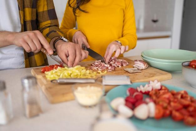 Freunde bereiten essen in der küche zu