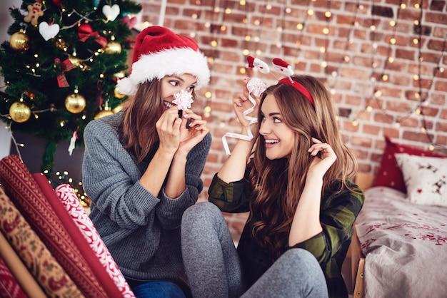 Freunde bereiten weihnachtsdekorationen vor